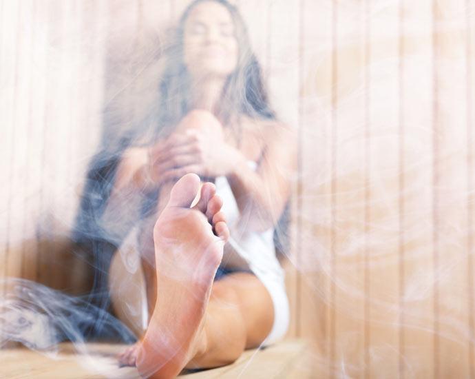 Sauna und Wärmekabinen | Frau in dampfender Sauna | Holz Pirner Pommelsbrunn