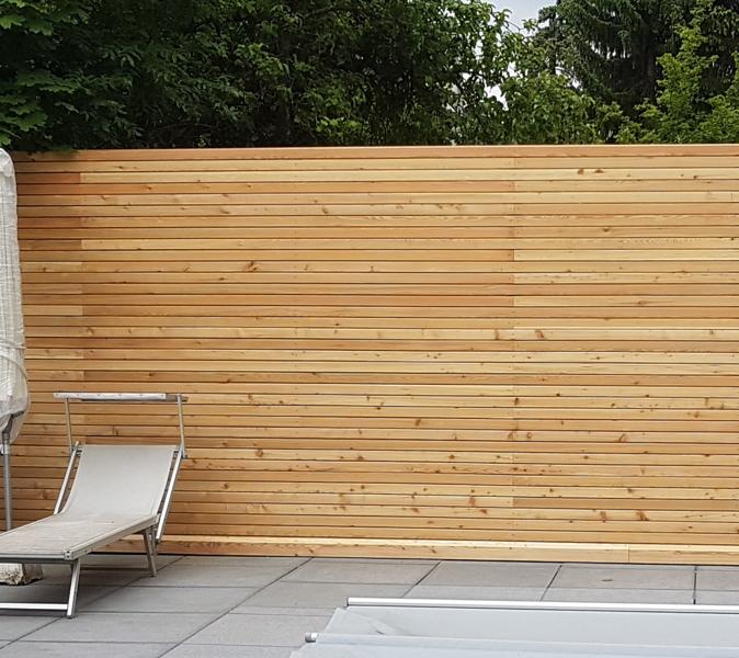 Sichtschutzzaun aus Rhombusleisten individuell gefertigt von Holz Pirner in Pommelsbrunn.