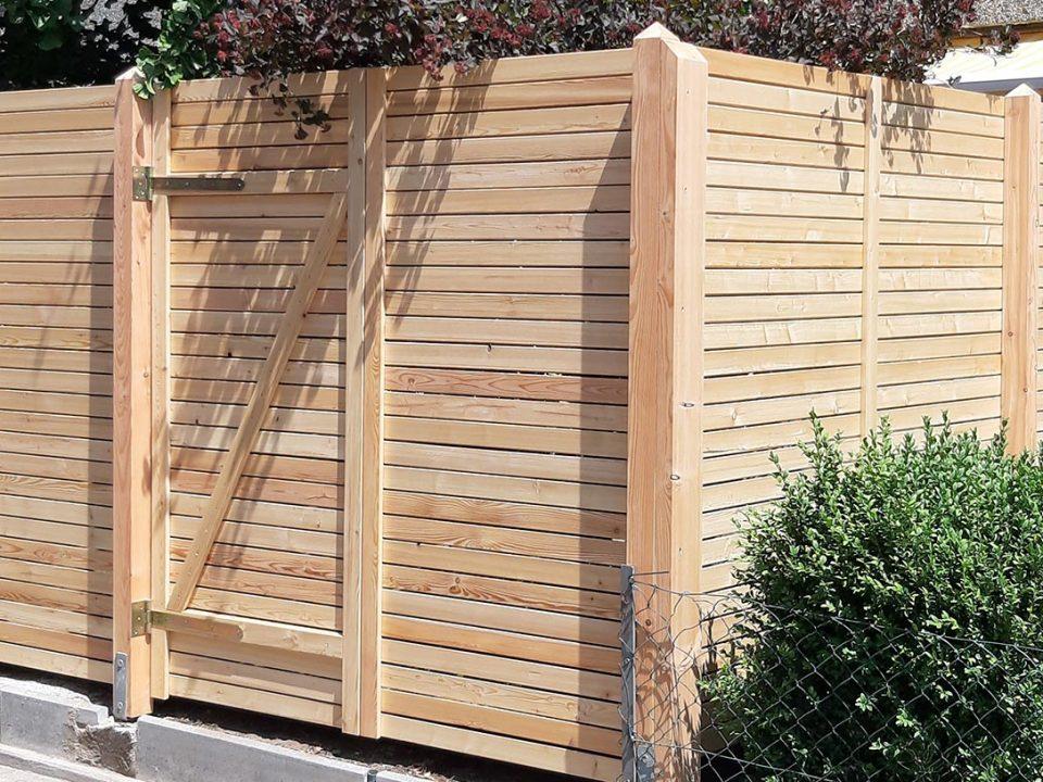 Individueller Sichtschutzzaun mit Tür. Gebaut von Holz Pirner in Pommelsbrunn.