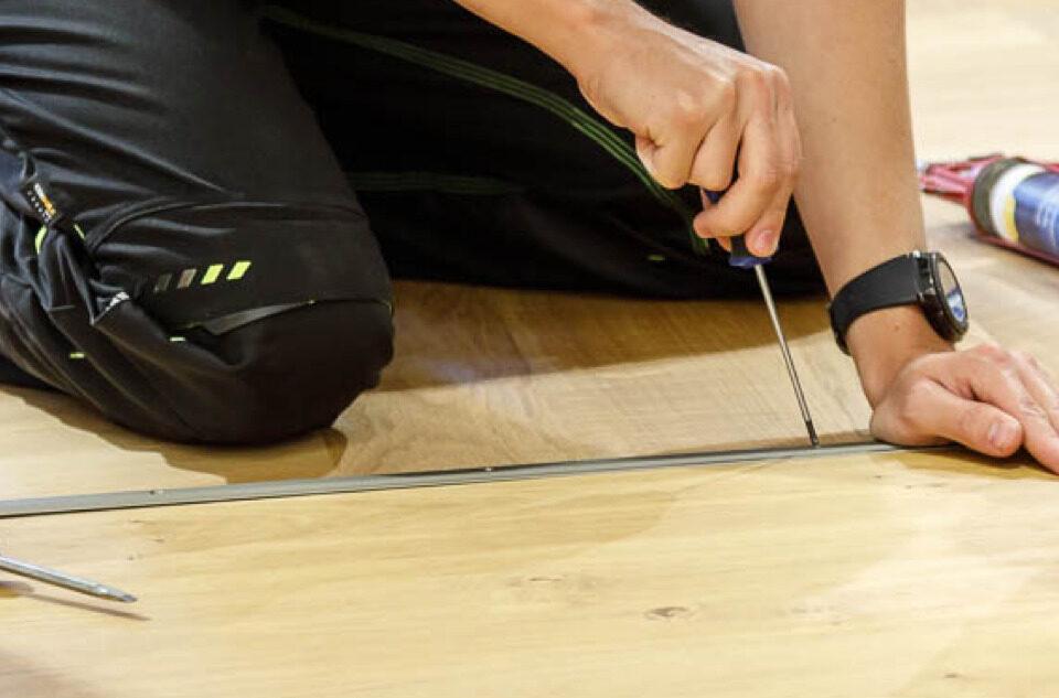 Parkettleger / Schreiner korrigiert Boden | Holz Pirner