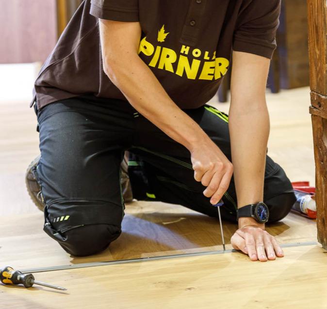 Parkettleger / Schreiner verlegt Boden | Holz Pirner