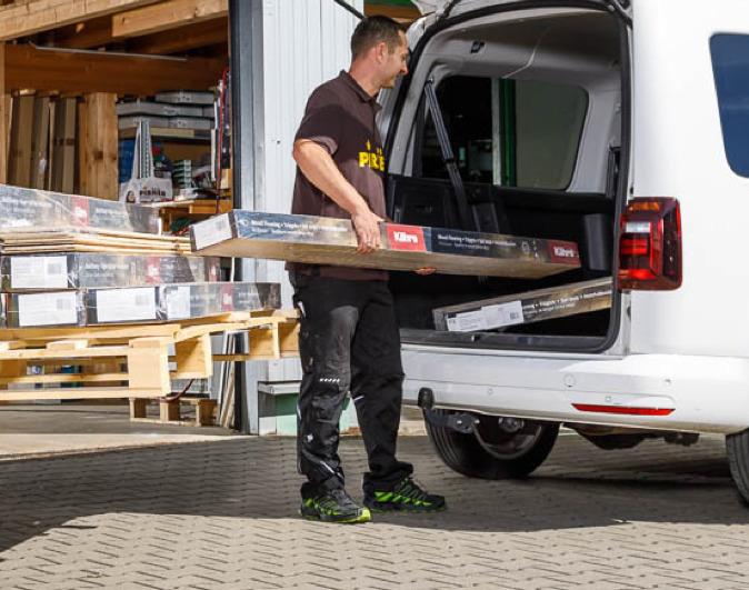 Parkettleger Schreiner belädt Auto mit Material | Holz Pirner